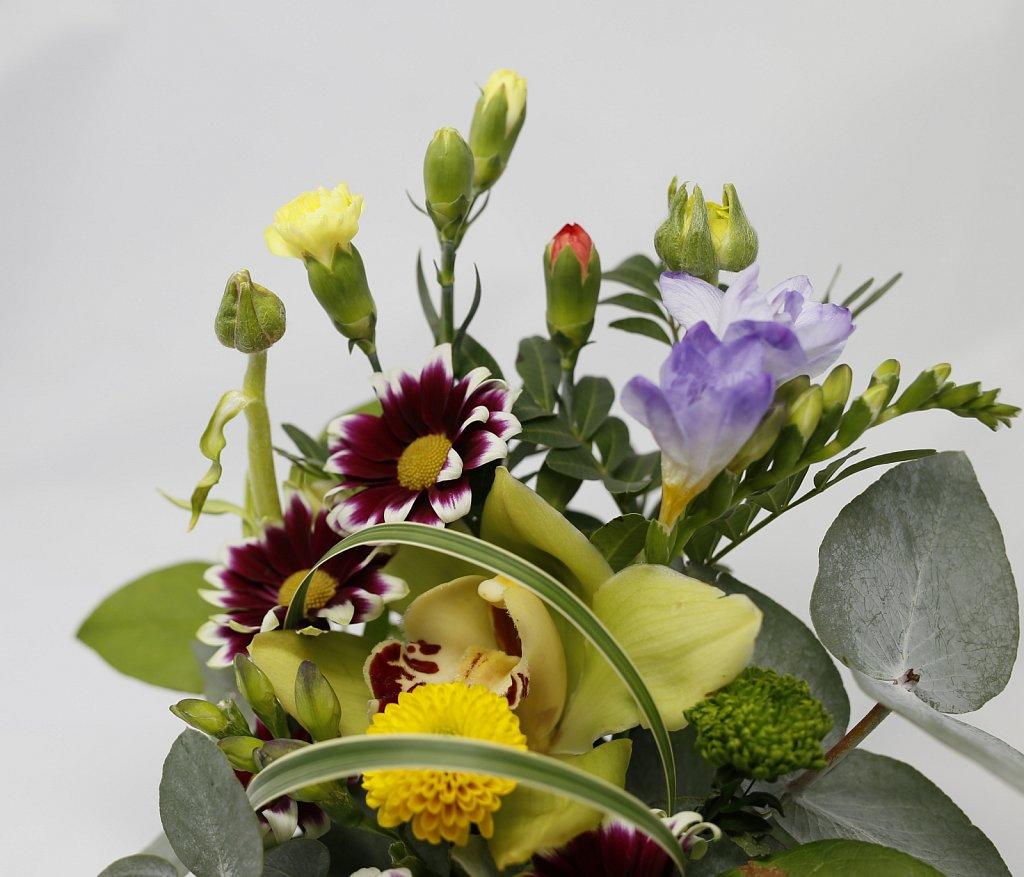 2-Aranjament-in-pahar-cu-crizanteme-si-frezii3.jpg