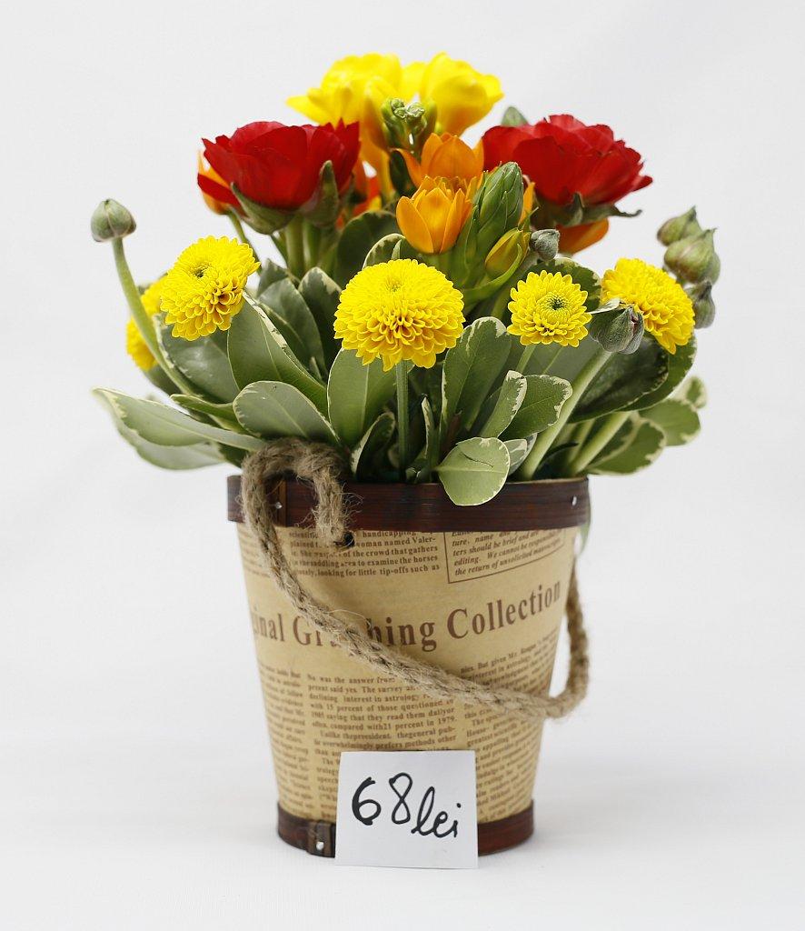 Aranjament in vas rustic cu ranunculus, frezia, aviz santini si ornitogalum